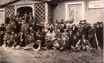Meža dienu dalībnieki pie Odzienas pagasta valdes 1936. gada pavasarī