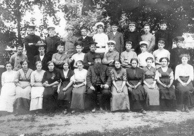 Mācītājs Andrievs Niedra ar Vietalvas draudzes iesvētību dalībniekiem
