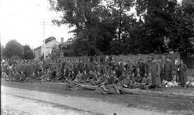 Latvijas armijas karavīri pie Rīgas Krusta baznīcas