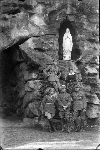 Latvijas armijas virsnieki pie Lurdas grota