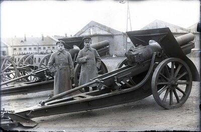 Artilērijas rezerves karavīri pie lielgabala