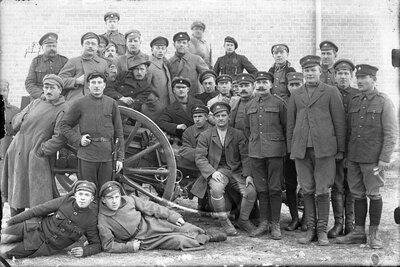 Latvijas armijas karavīru grupas portrets