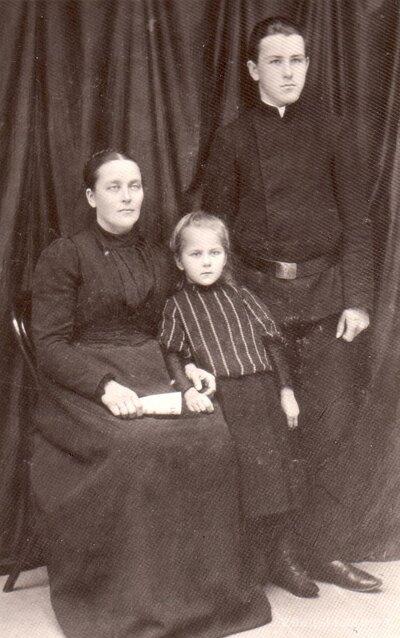 Visvaldis Dūms, vēlākais Latvijas Armijas pulkvedis, jaunībā kopā ar māti Edi un māsu Irmu