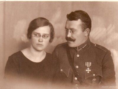 Pulkvedis- leitnants Visvaldis Dūms ar sievu Annu Kalniņu 1923. gadā
