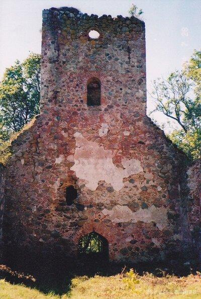 Embūtes luterāņu baznīcas drupas