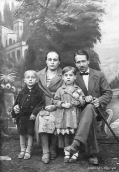 Talsi. Pulksteņmeistars Freibergs ar ģimeni