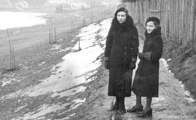 Talsi. Vallija Upesleja ar māsu pie Vilkmuižas ezera