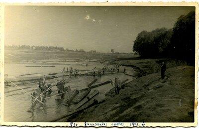 Kokmateriālu pludināšana Mēmeles upē pie Jaunsaules skolas