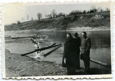 Kokmateriālu pludināšana Mēmeles upē aiz Bauskas pilsdrupām