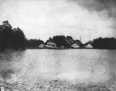Līdumnieku pagasts. Zabolotjes muižas ēkas no Zabolotjes ezera