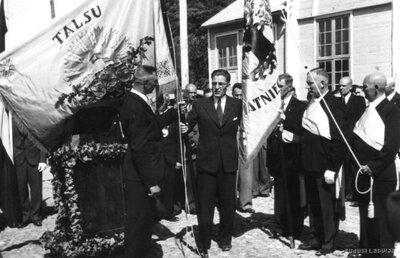 Talsu Amatnieku biedrības nodaļa saņem karogu no Latvijas Amatniecības kameras