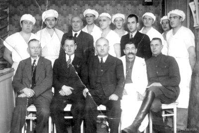 Talsi. Eksāmenu komisija un grupa maiznieku zeļļu pēc Amatniecības kameras diplomu saņemšanas