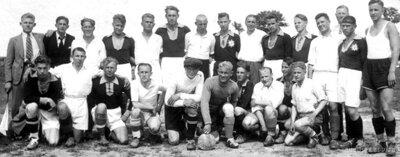 Talsu futbola komanda ar pretiniekiem pēc spēles