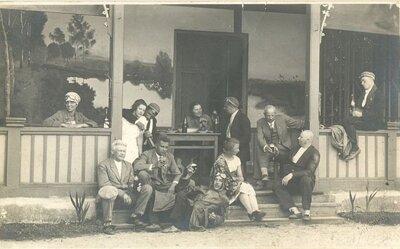 Viesu grupa pie Pļaviņu viesnīcas