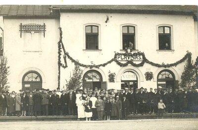 Pilsētnieki pie Pļaviņu dzelzceļa stacijas