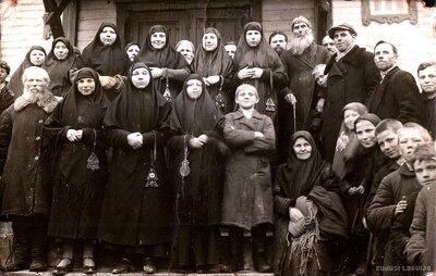 Ņikoļska Pokrova kopienas ticīgie pie sava lūgšanu nama Foļvarkā