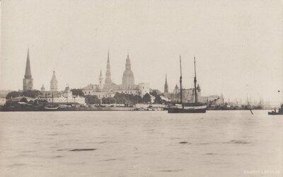 Rīga. Muitas krastmala un Vecrīga
