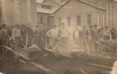 Krustpils cukurfabrikas strādnieki pie cukurbiešu atgriezumu kupčām