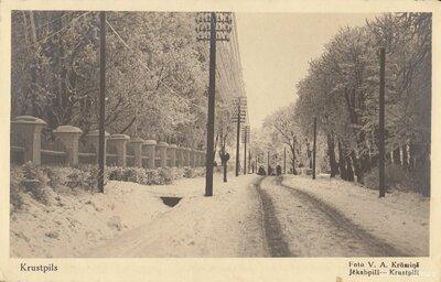 Krustpils. Rīgas iela ziemā pie Krustpils pils