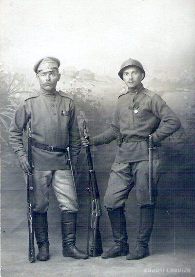 Latviešu strēlnieki Adams Šakins un Francis Zelčs