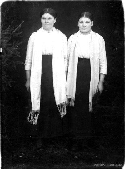 Sēlpils. Māsas Olga un Elza Bites