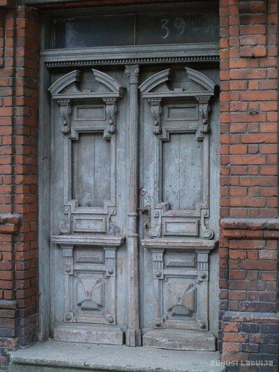 Liepāja. Nama durvis Rīgas ielā 39