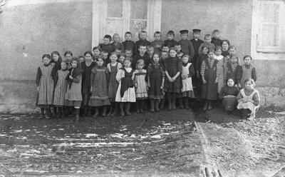 Skolnieki pie Mālupes pagasta pamatskolas Brencos