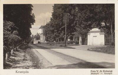 Krustpils. Rīgas iela pie Krustpils pils