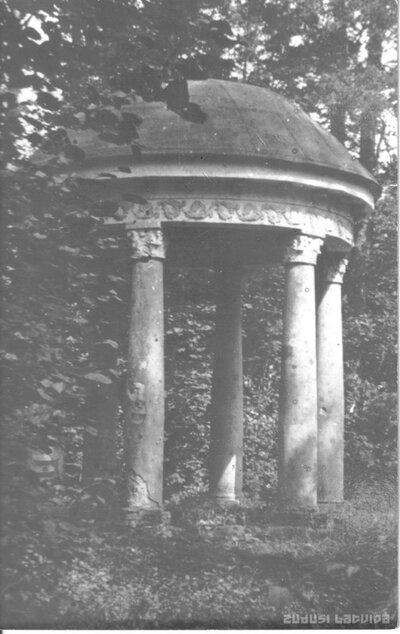 Jānusa templis Līgutu muižas parkā
