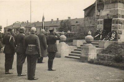 Latvijas Valsts prezidents Kārlis Ulmanis pie pieminekļa kritušajiem Gulbenes draudzes locekļiem