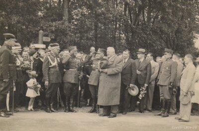 Latvijas Valsts prezidents Kārlis Ulmanis pēc Gulbenes garnizona parādes pieņemšanas