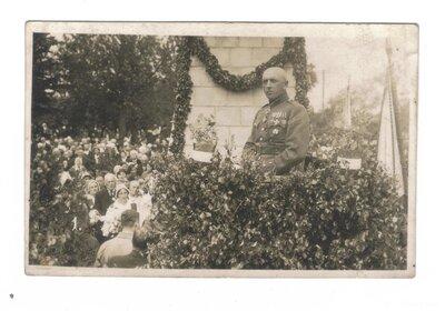 Liepāja. Pulkvedis Jānis Ezeriņš pie pieminekļa Atbrīvošanas cīņās kritušajiem karavīriem