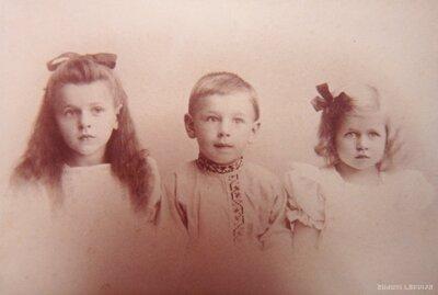 Olga Leontīne Činkurs ar brāli Herbertu Kristapu un māsu Irēni