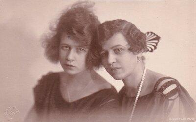 Olga Leontīne Činkurs ar māsu Irēni