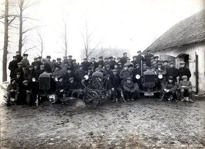 Vīrieši pie traktoriem