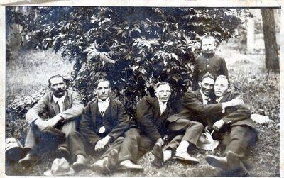 Neatpazītu vīriešu grupas portrets