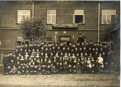 Limbažu Tirdzniecības skolas audzēkņi pie skolas ēkas