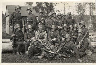 Daugavpils. Latvijas armijas karavīru grupa šaušanas apmācībās