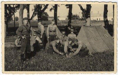 Daugavpils. Karavīri ceļ teltis
