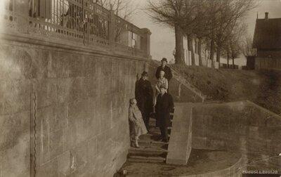 Daugavpils. Cilvēku grupa uz Daugavpils cietokšņa kāpnēm