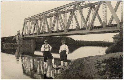 Juglas kanāls. Zvejas pīppauze pie dzelzceļa metāla tilta
