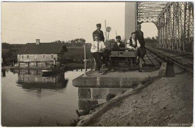 Juglas kanāls. Vīri pie drezīnas uz dzelzceļa metāla tilta