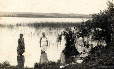 Limbaži. Jaunas sievietes Lielezera ūdeņos