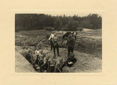 Mangaļu pagasts. Karavīri rok grāvi Mangaļsalā