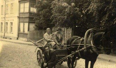 Limbaži. Kārlis un Emmā Kurmji zirga pajūgā