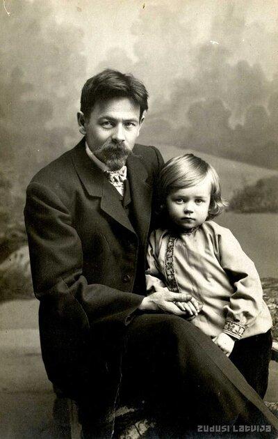 Limbažu fotogrāfs Kārlis Sarkangalvis ar dēlu Rolandu