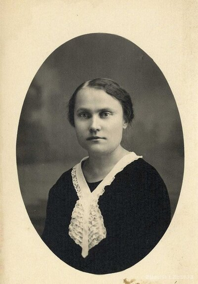 Limažu ģimnāzijas skolotāja un dzejniece Emma Stegere
