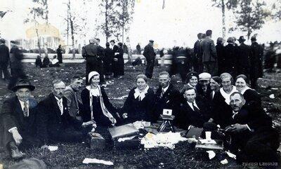 Cilvēku grupa āra pasākumā