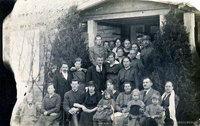 Cilvēku grupa pie mājas