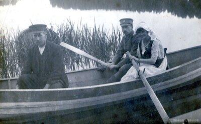 Cilvēki laivā Rābuta ezerā